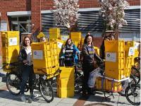 Aktive Mobilität bedeutet auch für die Wissenschaftlerinnen, dass sie die Fragebögen mit Fahrrädern zur Post bringen. Professorin Gabriele Bolte (vorne rechts), Mitarbeiterin Tanja Brüchert (links) und Kolleginnen aus der Abteilung Sozialepidemiologie.